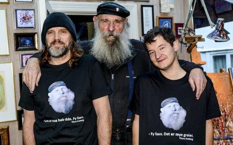 Nytt produkt: Thomas Bakkerud til venstre og Adrian Wischuf dukket uventet opp hjemme hos Thore Sveberg med hver sin T-skjorte prydet med et bilde av Thore. Kunstmaleren selv var meget fornøyd med resultatet.