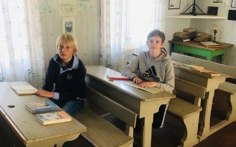 PÅ SKOLEBENKEN: Thomas Kjendal-Steffensen (t.v.) og Henrik Graver Odden synes det var artig å se hvordan skolen så ut for 60 år siden. Sveip eller trykk på pilene for å se flere bilder.