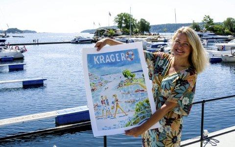 SOMMER: Anne Lene Groven står på Barthebrygga og viser fram årets nye plakat. Motivet har hun hentet fra dette stedet.