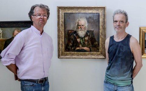 Nytt maleri: Kunstneren, Per Lundgren til høyre og sønn til Odd Einarson, Oddvar på hver sin side av portrettet av kunstneren og satirikeren Odd Einarson. I løpet av åpningsdagen ble maleriet solgt.