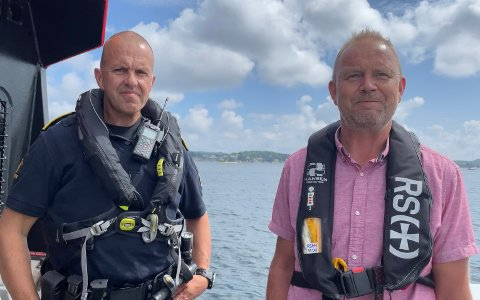 Fungerende politistasjonssjef Terje Sandik (t.v.) og ordfører Grunde W. Knudsen er opptatt av at folk skal ferdes trygt til sjøs.