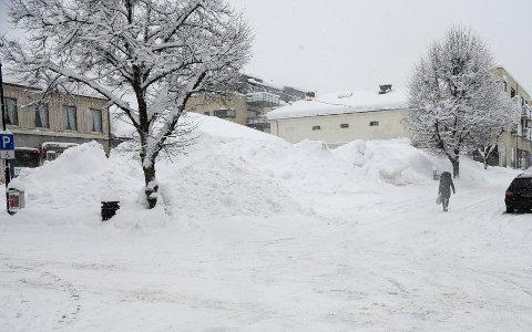 MENGDER: Denne haugen snø skal nå kjøres bort fra sentrum.