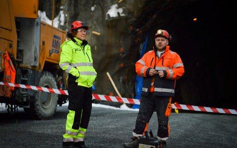 Rutinert: Ordfører i Kongsberg, Kari Anne Sand er her klar for å fyre av siste salve i Vollåstunnelen.