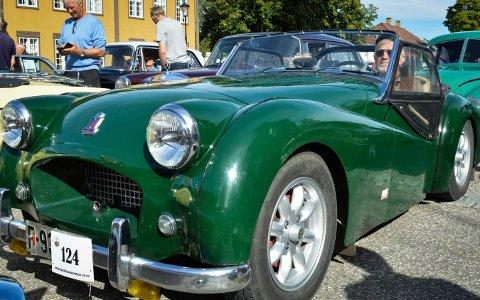 FLOTTE BILER: Lørdag kan du se mange flotte biler på Kirketorget. Denne bilen ble fotografert i fjor, og er en Triumph 54-modell som eies av Nils-Erik og Torunn Bjørlie.