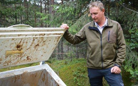 Dumpet: Rune Hagen er oppgitt over at noen har dumpet en fryseboks - med innhold - i skogen på eiendommen hans, og kommer til å anmelde saken til politiet.