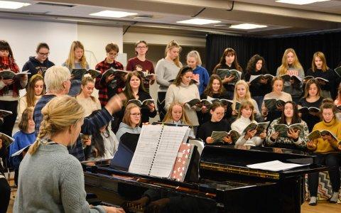 ØVER IHERDIG: Alle de vel 70 elevene på musikklinja på Kongsberg videregående skole øver til Glogerfestspillene. Lærer Liv Hukkelberg dirigerer og kollega Lise Bratsberg Myrvang spiller piano.