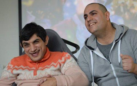 Kassem Al Koss (t.v) og Bahjat Al Hosh er med i revygruppa til Lågen arbeidstjenester. Foto: Jenny Ulstein