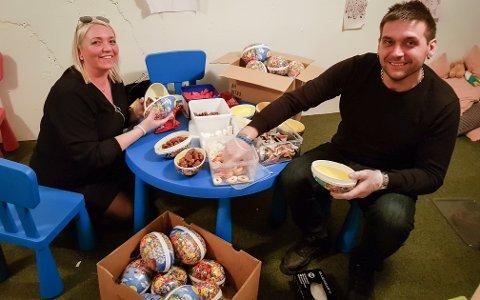 Frivillige: Verene Vego og Lars Tore Solheimslien var to av de frivillige som pakket og delte ut 50 påskeegg på torsdag.