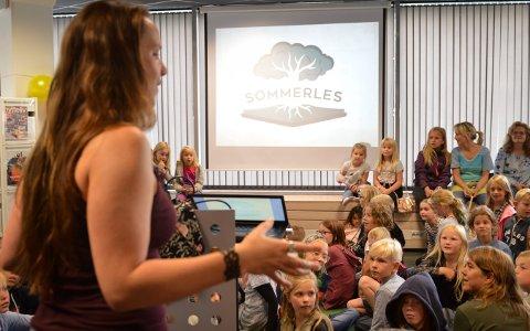 MANGE LESERE: Mange barn tok turen til biblioteket i fjor for å møte forfatteren bak  Sommerles-fortellingen, Mari Moen Holsve. Lørdag 7. september kommer hun tilbake.