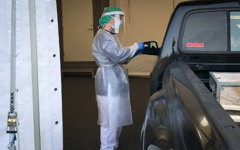 Nytt teststed: Skal du ta en koronatest må du nå til Kongsberghallen. Det nye testteltet åpnet mandag. Her er det sykepleier Heidi Prytz som utfører en test.