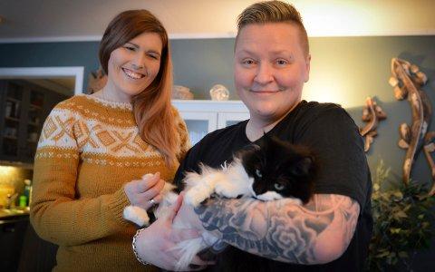 Guro (gul genser) og Thea Mathiesen Fredriksen ønsker å bli foreldre. Etter flere års venting håper de nå på litt hjelp til prøverørforsøk i Danmark.