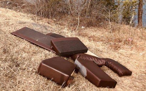 Trist syn: Marie Abelson Buer tok dette bildet onsdag ettermiddag. En sofa lå henslengt ved Numedalsveien, like ved busstoppet Røros plass.