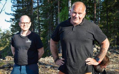 FORNØYDE: Tor Magnus Anfinsen (t.v.) og  Geir Loe Winsrygg takker hjerteligst for 25.000 kroner, som kom som en stor overraskelse.