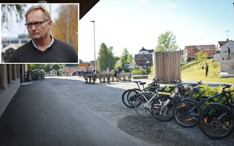 Bekymret: Baard Olsen, rektor på Vestsiden ungdomsskole, får stadig vekk meldinger om lite hensynsfull sykling og at elever ikke bruker hjelm. Også på Tislegård ungdomsskole har de lignende problem.