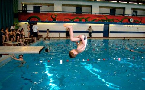 POPULÆR: BKs svømmeskole er veldig populær, men koronasituasjonen gjør at det ikke har vært så mange deltakere som tidligere.. FOTO: CATO MARTINSEN