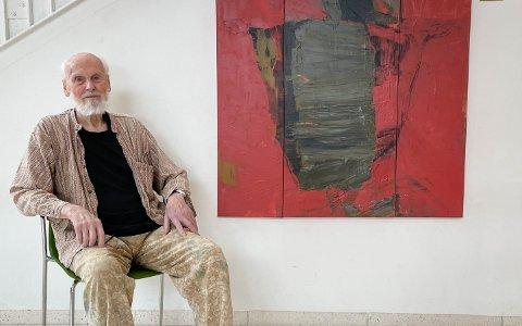 Oddvind Ørbeck (96) sin kunst beriker veggene på Raumyr skole.