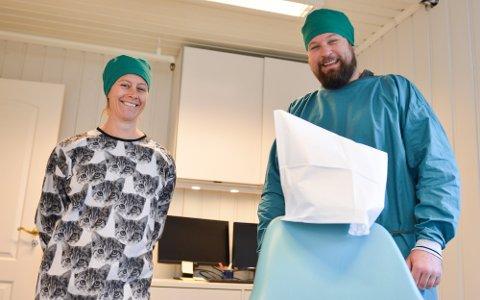 FLYTTER IKKE: Tannlegene Petter Hebbel Hestnes og Helene Nærø skal bli der de er. Bildet er fra en annen anledning.