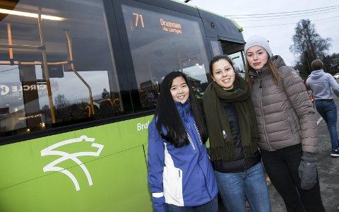 Tidkrevende: Renate Heierstad Klemetsdal, Isabelle Galleberg og Maja Stabæk er fornøyd med antall avganger, men mener bussen bruker for lang tid til Drammen. Deres andre alternativ - bussen som bruker en halvtime - går bare en gang i timen.FOTO: PÅL A. Næss