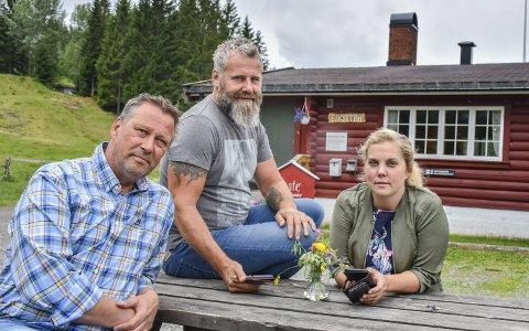 Oppgitte: – Det er utrolig at vi i 2018 ikke kan få mobildekning her oppe, sier Anne Nymoen Jensen som driver Eiksetra sammen med Sven Helgevold (i midten). Per Arne Bredesen (Ap) er helt enig.