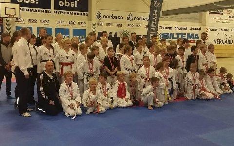 Alle fra Lofoten: Det var mange deltakere fra de tre taekwondoklubbene i Lofoten, som hadde tatt turen til Harstad. Foto: Lena Lorentzen