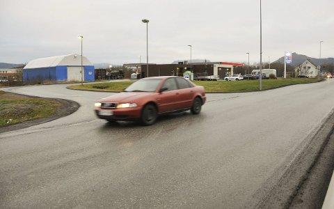 Tett trafikk: Idrettsgata er sterkt trafikkert fra her ved rundkjøringen og forbi innkjøringen til Rema og Elkjøp og mot Vest-Lofoten videregående.