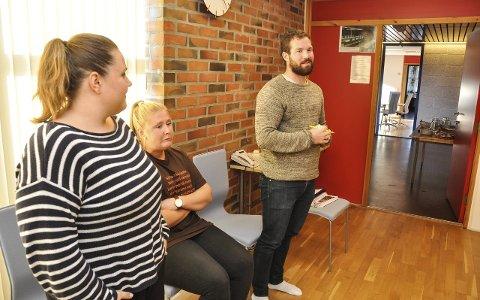 Trives: Linnea K. Karlsen, Anne-Marte Tøgersen og Fredrik Johannessen roser arbeidsmiljøet de nå er en del av, og sier de ligger an til å trives.