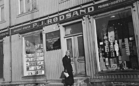 Gamle tider: Astrid Rødsand utenfor P.J. Rødsand i Størmergården rundt år 1934.