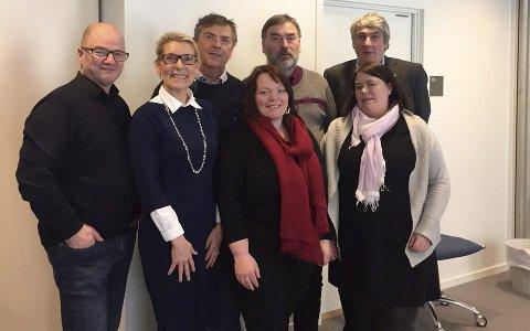 Fornøyd: Sørslett t.h., aksjonsgruppa ved Elisabeth Holand og Are Johansen, sammen med styret i Nordlandssykehuset etter deres behandling.