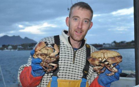 Agnpose: Christopher McAllister i Arctic Harvest satser nå på torskehoder som agn i teinene for å fangste taskekrabbe utenfor Laukvik/Gimsøy.