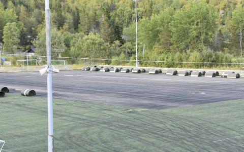 Begynt: Mandag startet arbeidet med å fjerne det gamle kunstgresset fra Stranda stadion i Svolvær.FOto: Kristian ROthli