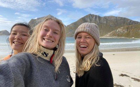 Stella, Theoline og Linnea møttes i Australia for tre år siden. Denne høsten tester de både strandaktiviteter og hjemmekontor i Lofoten.