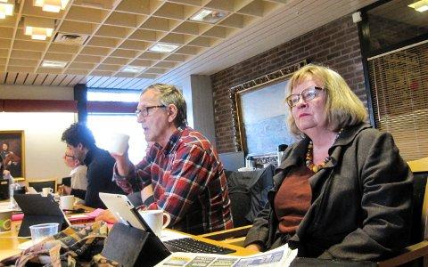 KRITIKERNE: May Hansen (til høyre, SV) og Eirik Tveiten (Rødt, i midten) er to av flere som er kritiske til innvandringsregnskapet.