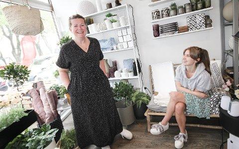 MER PLASS: Kjempepopulære Lille Interiør flytter fra Jeløy til Høyda.- Vi har vokst oss ut av lokalene våre, sier Cathrine Sundt og Mina Boos Eek (t.h.)