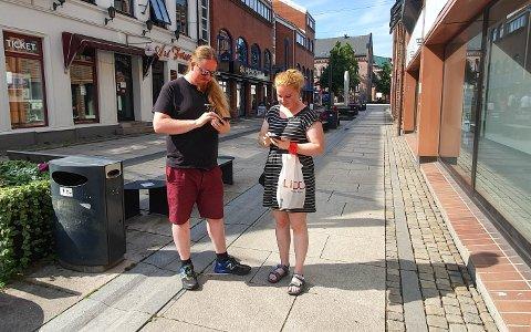 GÅGATA: Jens Hellum (31) og Ellen Marie Moe (30) går ofte innom gågata for å fange Pokémon.