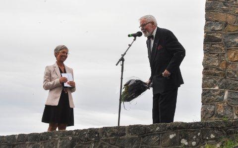 Markering: Moss 300 år og Bytårnet 100 år. Ordfører Hanne Tollerud fikk blomster av Vidar Hauge Halvorsen.