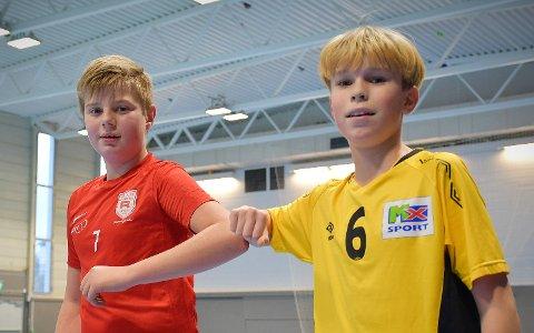 KOMPISER ETTERPÅ: Oliver Nyheim Pettersen (12) og Håkon Matias Tangen (12) takket hverandre for kampen. Begge spillerne ga jernet og sørget for en morsom håndballkamp mellom de to naboklubbene.
