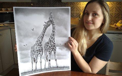 BRILJANT: I en årrekke har Maren Trones fra Brekkvasselv livnært seg ved hjelp av blyanttegninger. Henvendelsene kommer fra hele landet. – Jeg vil ikke kalle meg kunstner, sier hun beskjedent.