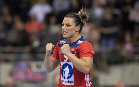 Landslagsstjernen Nora Mørk vurderer å gi seg på landslaget. Bildet er fra kampen mot Sverige under VM i desember i fjor. Norge fikk sølv i mesterskapet.