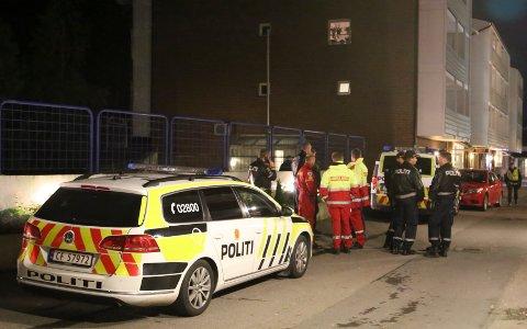 To unge menn er pågrepet og siktet for drapsforsøk etter at en 21 år gammel mann ble kritisk skadd i en skyteepisode ved nærbutikken på Åsbråten på Holmlia natt til lørdag. Foto: TIPSER.NO/Daniel D.Laabak/NTB scanpix