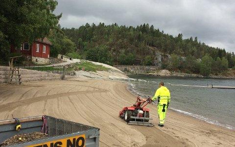Sandstranden ble renset med en egen maskin som er spesialtilpasset til formålet.