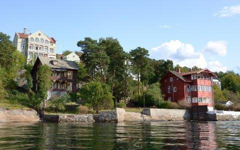 I FJORDKANTEN: Oslo kommune eier mange strandtomter langs Mosseveien. Det nyeste kjøpet er Mosseveien 201 c, som har byttet farge fra rødt til beige etter at dette bildet ble tatt. Også den grønne bygården og det brune huset er i kommunens eie.