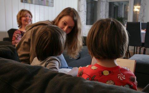 HØYT VERDSATT: Familiens tvillingpar er i hundre når familiekontakten kommer på besøk. Foreldrene ønsket ikke å vise ansiktene til barna.