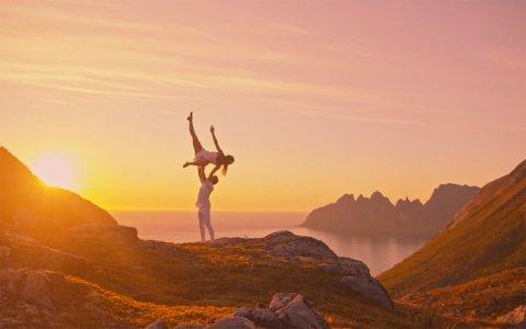 MIDNATTSSOL: Dansevideoen med danserne Petter Egge og Ingrid Gulbrandsen i midnattssol er filmet én kveld og natt ute på Senja.