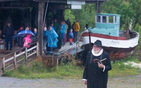 TROLLPRESTEN: Prest John Daniel Solhaug har vært fast prest på Senjatrollet, og kom selvfølgelig for å hylle Leif og Siw Rubach.