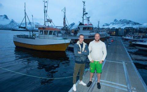 TRIVES: Marcus og Henrik Meland liker seg på havet og trives godt i miljøet på Husøya.