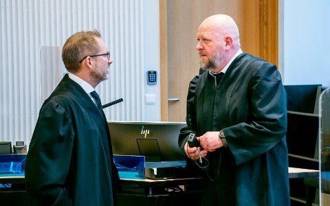 RETTSSAK: En 16 år gammel gutt måtte møte i Nord-Troms tingrett denne uken, tiltalt for blant annet seksuell omgang med en da 12 år gammel jente. Her er bistandsadvokat Erik Ringberg (til venstre) og forsvarer Bjørn Morten Litveit Hansen.