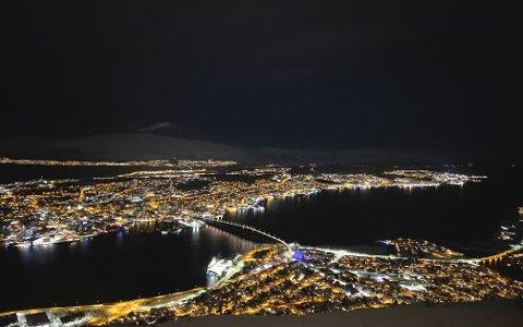 Fra Fjellheisen vil du kunne ha gode sjanser til å se Geminidene i kveld og natt til mandag. Foto: Elvira Kolsing