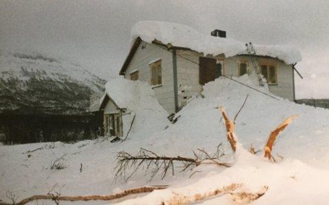 TRUFFET: Huset på Skredlund ble truffet av det gigantiske snøskredet, og 90 år gamle Karl Skredlund opplevde at kjøkkenet ble fylt med snø.