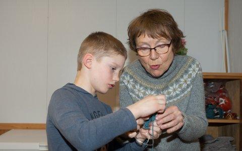 NY GENERASJON: Mathias Hanssen Moe (9) får veiledning av Sissel Rabben i Vangsvik Sanitetsforening.