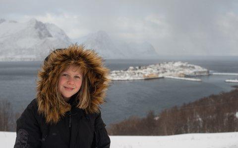 ER SEG SJØL: Hannah Tøllefsen med Husøya i bakgrunnen. - Jeg kan ikke så veldig masse om spilling, så det er best å være meg sjøl, sier hun.